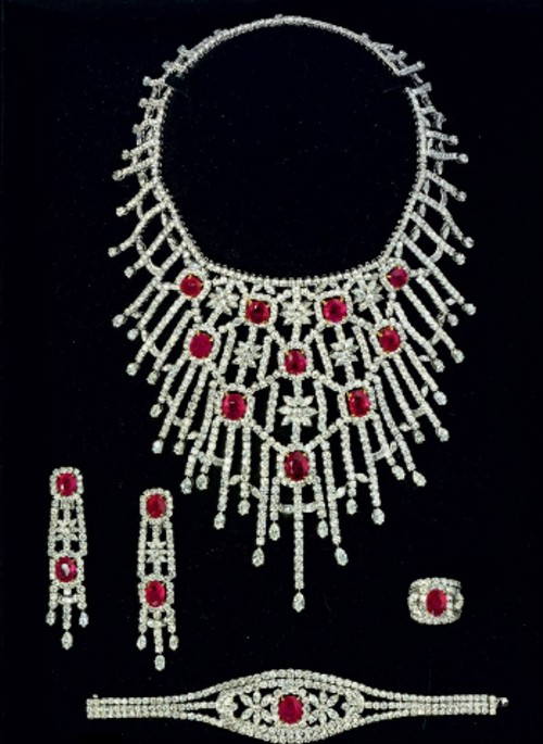 A RUBY AND DIAMOND PARURE BY JAHAN Preparem se, crianças, as mais lindas parures do mundo, em leilão da Christies!