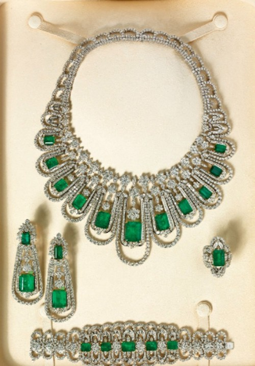 AN EMERALD AND DIAMOND PARURE BY ELIE CHATILA Preparem se, crianças, as mais lindas parures do mundo, em leilão da Christies!
