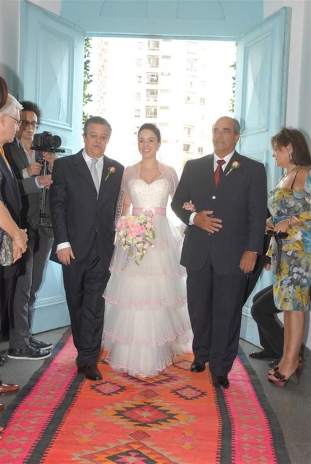 Ana Carolina entrando na igreja entre o pai e o padastro Casamento Ana Carolina e Thomaz Malan   parte 1