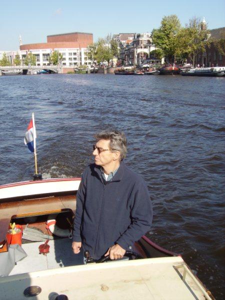 ci Sob as pontes de Amsterdam num lindo dia de outubro
