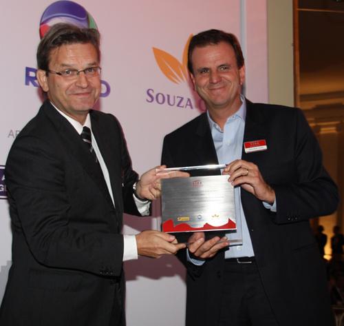 Lide-presid  da Souza Cruz Andrea Martini entrega placa em homenagem a Eduardo Paes