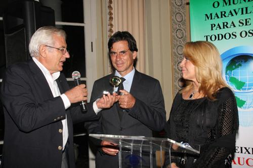 Abrag-Lucino Odorizzi entrega troféu a Aderbal Jr  representando Gilberto dos Passos com Isis Penido.jpg1