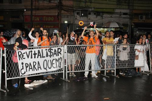 MAR-manifestação na porta do evento com a presença do batalhão de choque