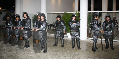 MAR-manifestação na porta do evento com a presença do batalhão de choque.jpg1