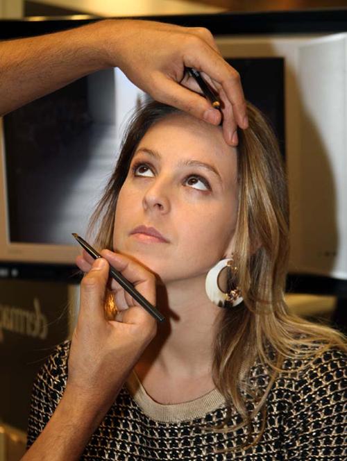 ViaFlores-IMG_8424-Alexia Wenk se maquiando com  o maquiador Rogerio Burnett