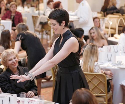 FashionT-Larissa Maciel exibe as jóias que desfilava para as convidadas do desfile