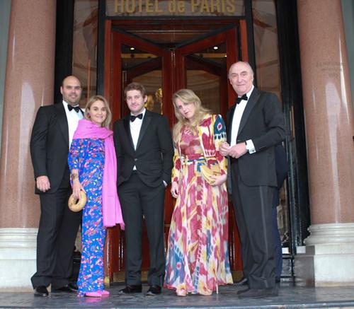 Monaco-Adriana (de azul) e Michel Elia (à direita) com os filhos entre eles Davi (o mais alto) designer que teve uma cadeira leiloada por 18 mil euros