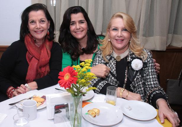 Sonia Romano Noronha e a filha Andrea Noronha Tupinamba e Isis Penido