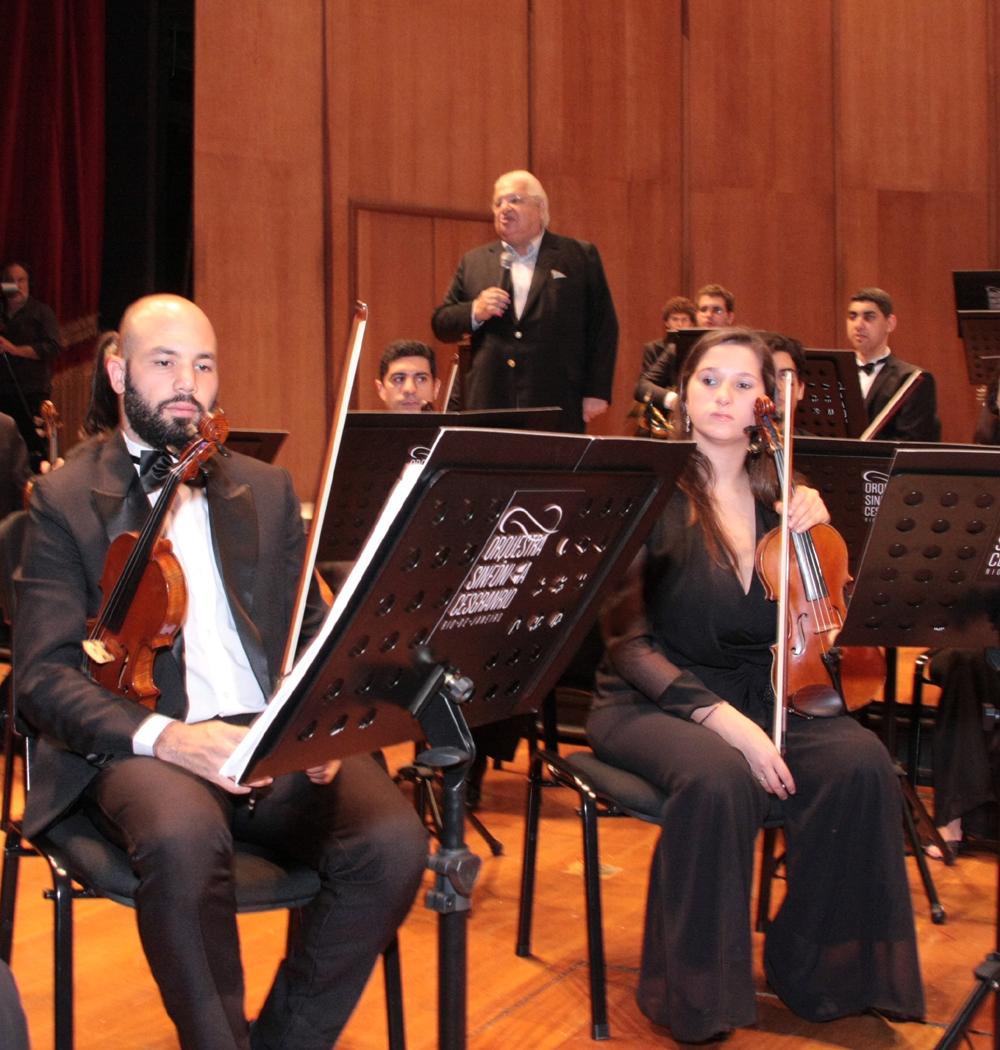 discueso de Carlos Serpa entre os músicos 3jpg