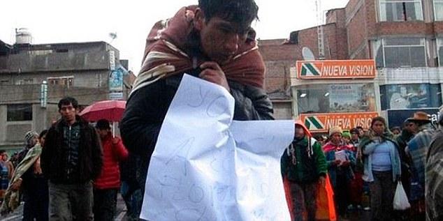"""Depois de apanhar, o cartaz pendurado no pescoço. Uma mulher foi despida e obrigada a caminhar com o cartaz: """"Sou ladra""""."""