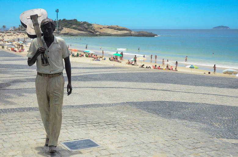 RJ - ESTÁTUA/TOM JOBIM/RIO - CIDADES - Estátua do maestro e compositor Tom Jobim é inaugurada pela Prefeitura do Rio de Janeiro e pela Secretaria de Turismo/Riotur, na orla da Praia de Ipanema, zona sul da cidade, no início da Avenida Vieira Souto, próximo ao Arpoador. A homenagem marca os 20 anos da morte do músico. 08/12/2014 - Foto: GLAUCON FERNANDES/ELEVEN/ESTADÃO CONTEÚDO